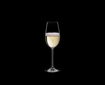 RIEDEL Restaurant Champagne Glass rempli avec une boisson sur fond noir