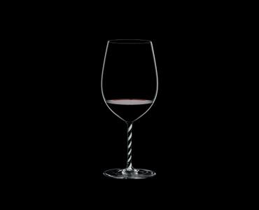 RIEDEL Fatto A Mano Bordeaux Grand Cru Black & White R.Q. con bebida en un fondo negro