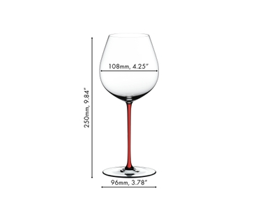 1 red wine filled and 5 unfilled RIEDEL Fatto A Mano Pinot Noir glasses with various stem colors (f.l.t.r.: dark blue, white, green, yellow, red and black) stand next to an open red wine bottle on a white ground against a white background.