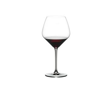 RIEDEL Extreme Restaurant Pinot Noir/Nebbiolo rempli avec une boisson sur fond blanc