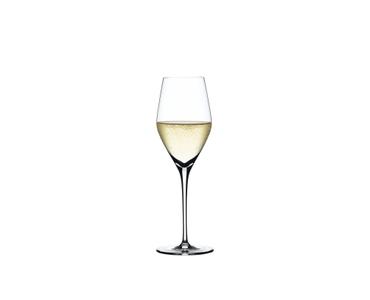 SPIEGELAU Authentis Glasset gefüllt mit einem Getränk auf weißem Hintergrund