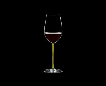 RIEDEL Fatto A Mano Riesling/Zinfandel Gelb gefüllt mit einem Getränk auf schwarzem Hintergrund