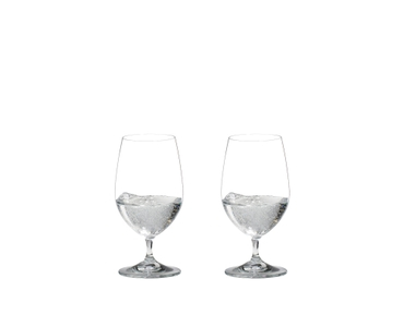 2 RIEDEL Vinum Gourmet Glasses side by side. The glass on the left side is filled with water, the other one is empty.
