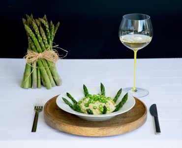 RIEDEL Fatto A Mano Oaked Chardonnay Yellow in use