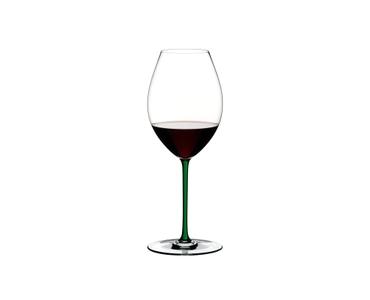 RIEDEL Fatto A Mano Syrah Grün R.Q. gefüllt mit einem Getränk auf weißem Hintergrund