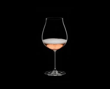 RIEDEL Veritas Restaurant New World Pinot Noir/Nebbiolo/Rosé Champagne rempli avec une boisson sur fond noir