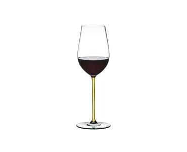 RIEDEL Fatto A Mano Riesling/Zinfandel Gelb gefüllt mit einem Getränk auf weißem Hintergrund