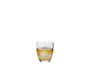 RIEDEL Sunshine Tumbler Restaurant rempli avec une boisson sur fond blanc
