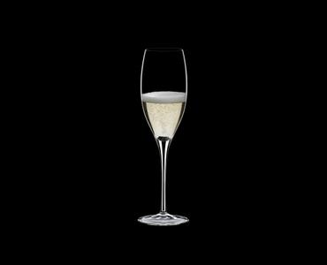 RIEDEL Sommeliers Restaurant Vintage Champagne rempli avec une boisson sur fond noir