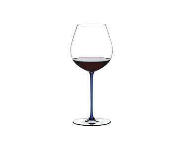 RIEDEL Fatto A Mano Pinot Noir Blau R.Q. gefüllt mit einem Getränk auf weißem Hintergrund