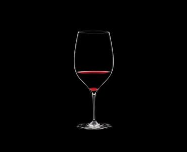 RIEDEL Grape@RIEDEL Cabernet/Merlot gefüllt mit einem Getränk auf schwarzem Hintergrund