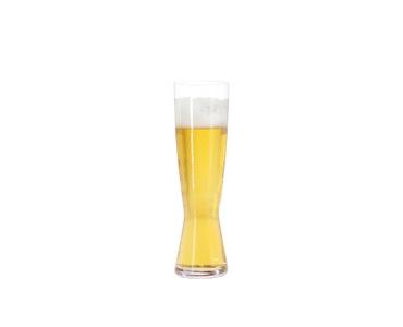 SPIEGELAU Beer Classics Tall Pilsner con bebida en un fondo blanco