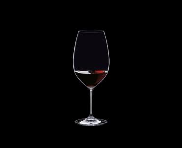 RIEDEL Vinum Restaurant Syrah/Shiraz gefüllt mit einem Getränk auf schwarzem Hintergrund