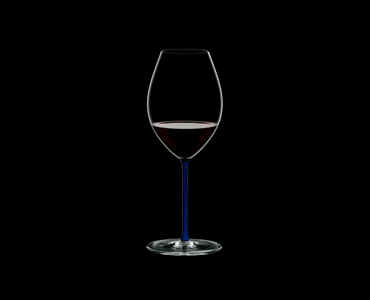 RIEDEL Fatto A Mano Syrah Dark Blue filled with a drink on a black background
