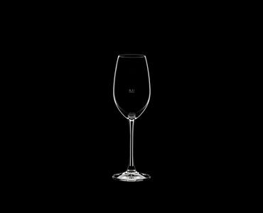RIEDEL Restaurant Champagnerglas Eichmarke CE auf schwarzem Hintergrund