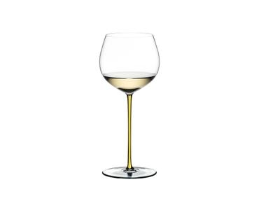 RIEDEL Fatto A Mano Chardonnay (im Fass gereift) Gelb R.Q. gefüllt mit einem Getränk auf weißem Hintergrund