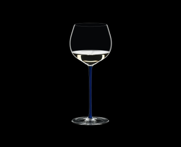 RIEDEL Fatto A Mano Chardonnay (im Fass gereift) Blau gefüllt mit einem Getränk auf schwarzem Hintergrund