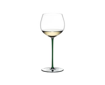 RIEDEL Fatto A Mano Chardonnay (im Fass gereift) Grün R.Q. gefüllt mit einem Getränk auf weißem Hintergrund