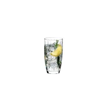 RIEDEL Sunshine Restaurant Long Drink rempli avec une boisson sur fond blanc