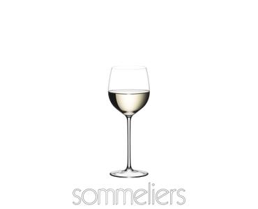 RIEDEL Sommeliers Alsace rempli avec une boisson sur fond blanc