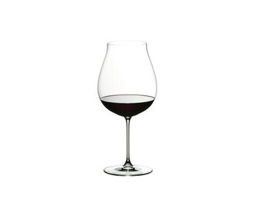 RIEDEL Veritas Restaurant New World Pinot Noir/Nebbiolo/Rosé Champagne rempli avec une boisson sur fond blanc