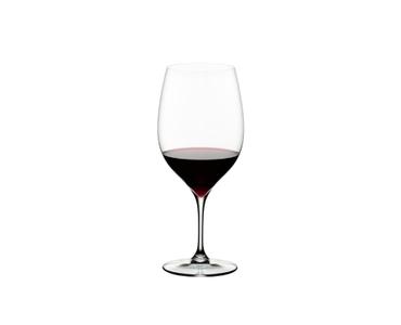 RIEDEL Grape@RIEDEL Cabernet/Merlot gefüllt mit einem Getränk auf weißem Hintergrund