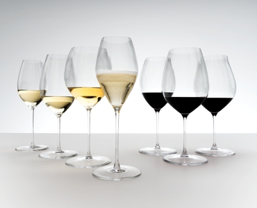 An unfilled RIEDEL Performance Pinot Noir glass on white background with product dimensions.