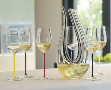 RIEDEL Fatto A Mano Riesling/Zinfandel White in use