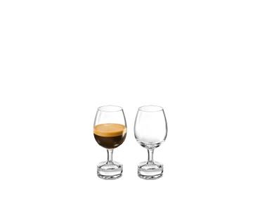 NESPRESSO Reveal Intenso riempito con una bevanda su sfondo bianco