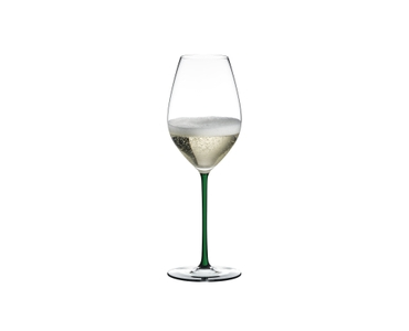 RIEDEL Fatto A Mano Champagne Wine Glass rempli avec une boisson sur fond blanc
