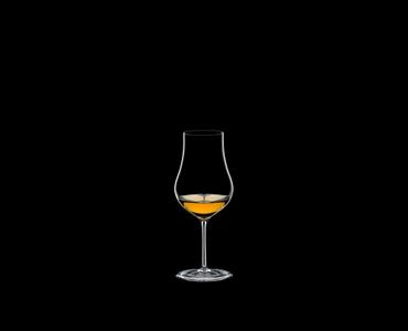 RIEDEL Sommeliers Cognac X.O. R.Q. Set/6 gefüllt mit einem Getränk auf schwarzem Hintergrund