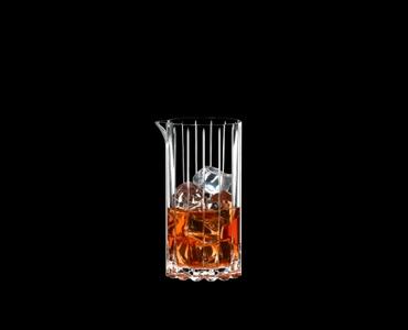 RIEDEL Drink Specific Glassware Mixing Glass gefüllt mit einem Getränk auf schwarzem Hintergrund