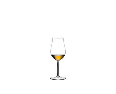 RIEDEL Sommeliers Cognac VSOP Value Gift Pack gefüllt mit einem Getränk auf weißem Hintergrund