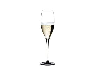 RIEDEL Sommeliers Black Tie Vintage Champagne Glass gefüllt mit einem Getränk auf weißem Hintergrund