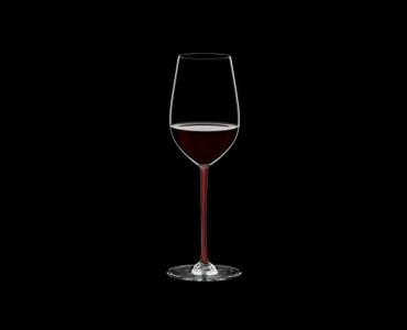 RIEDEL Fatto A Mano Riesling/Zinfandel Red gefüllt mit einem Getränk auf schwarzem Hintergrund