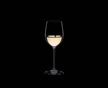 RIEDEL Vinum XL Viognier/Chardonnay gefüllt mit einem Getränk auf schwarzem Hintergrund