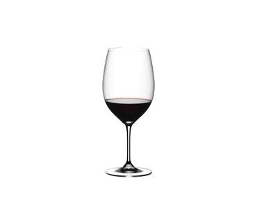 RIEDEL Vinum Cabernet/Merlot Pay 6 Get 8 gefüllt mit einem Getränk auf weißem Hintergrund