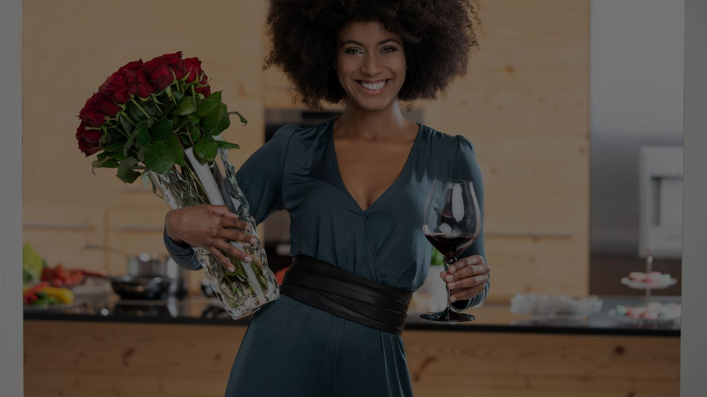 Woman with roses and RIEDEL Fatto A Mano Performance Pinot Noir Glass