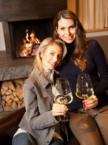 Two ladys at the fireplace with RIEDEL Winewings Riesling glasses 1234/15