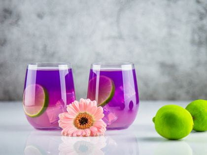 Two RIEDEL O Wine Tumbler Viognier/Chardonnay, filled with Pea Tea and limes on the side