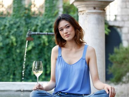 Lady with a RIEDEL Extreme Sauvignon Blanc glass