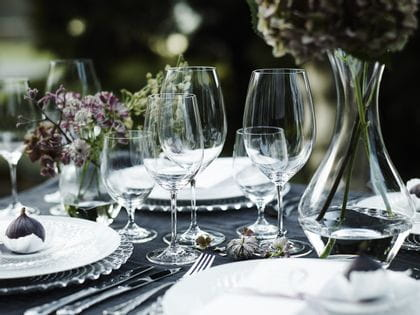 A romantic garden table with Vinum glasses